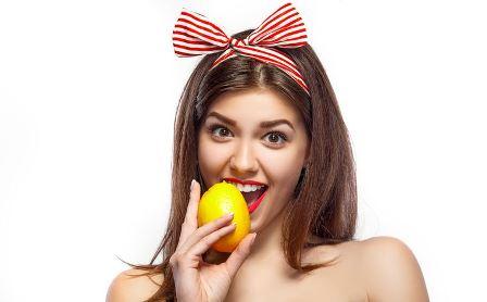 девушка ест лимон
