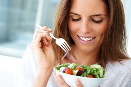 ест овощной салат