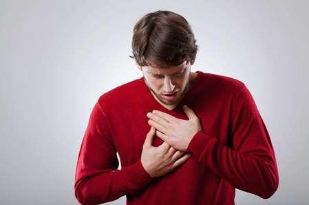боли в груди от икоты