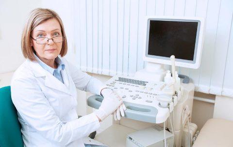 врач и аппарат УЗИ
